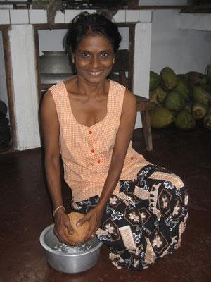 Milka beim Kokosnussraspeln