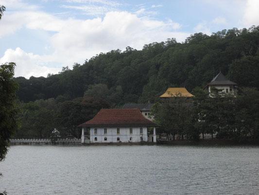 Kandy See mit Zahntempel im Hintergund
