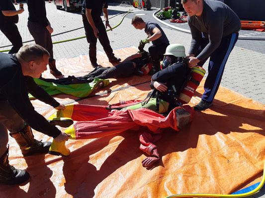 Im Notfall müssen Kameraden aus dem Anzug befreit werden.