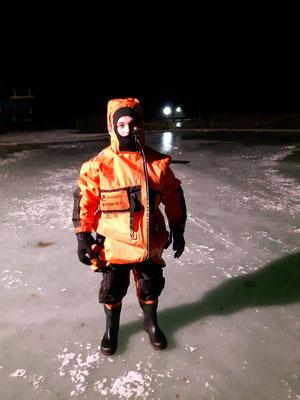Ein Wasserrettungsanzug schützt die Einsatzkräfte auf oder im Wasser vor der Kälte. Heute wurde er verwendet, um eine in Not geratene Person gefahrlos zu simulieren.