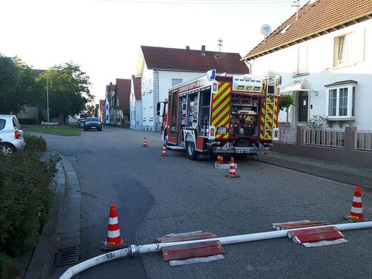 Zur Wasserversorgung aus einem Hydranten wurden Personal und Material des HLF 10/10 eingesetzt.