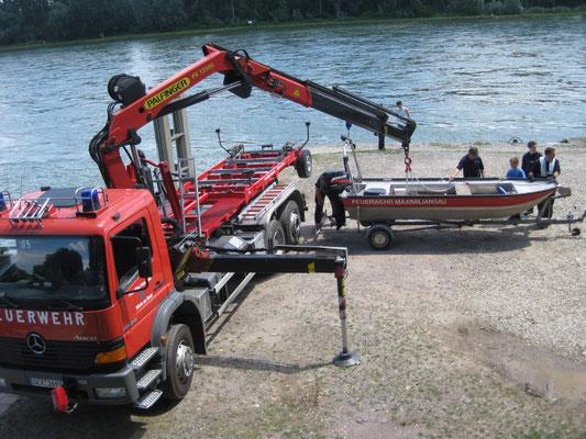 Boote können mit dem Kran oder über eine Rampe zu Wasser gelassen werden.