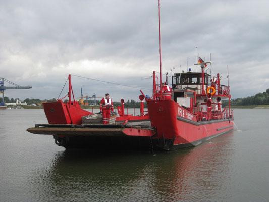 Das MZB wird erst zu Wasser gelassen, das Löschboot liegt bereits einsatzbereit im Hafen Germersheim.