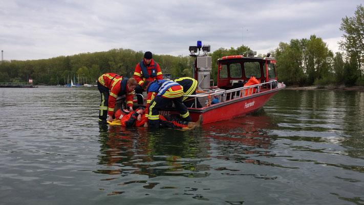 Erfahrungsaustausch bei den Weiterbildungen. Verschiedene Rettungsmethoden werden vorgestellt.