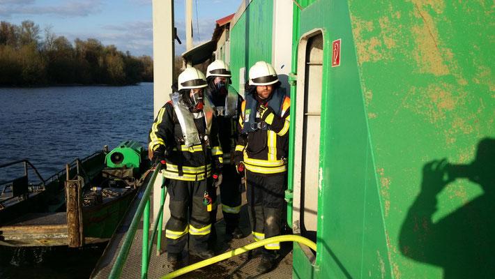 Im April 2016 wurde mit dem Mehrzweckboot im Landeshafen eine Schiffsbrandbekämpfung geübt.