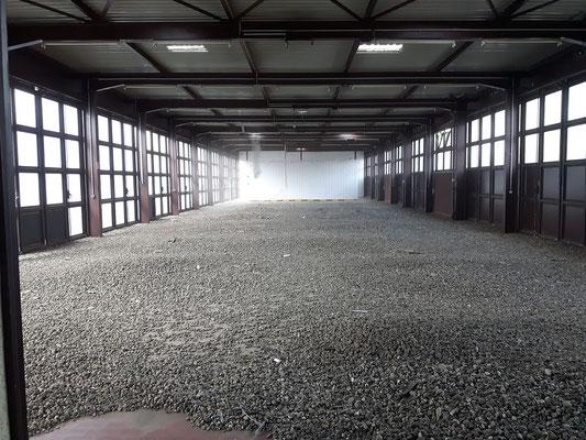 In der Halle liegen die Steine, die vorher auf dem Dach zu finden waren.
