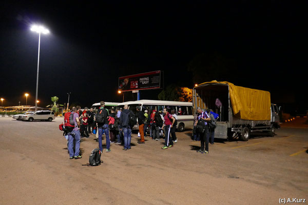 Ankunft um 2:00 morgens am Flughafen in Entebbe. Weiterfahrt mit Bus und LKW - Arrival at 2:00am at airport Entebbe. Further 15km with bus and truck