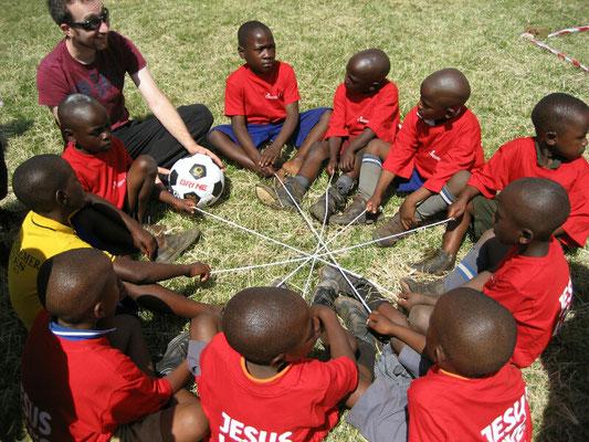 Kinder an einer Spielstation