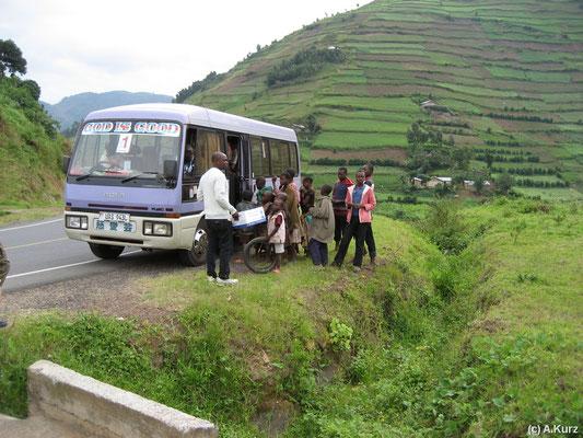 Sobald der Bus hält, ist er von Einheimischen umringt - As soon as the bus stops, it's sorounded of natives