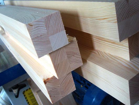 Качественно склеенные столбы для кормушки.