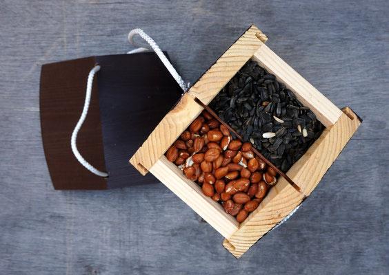 Кормушка для птиц Арт-Союзная с арахисом и семечками