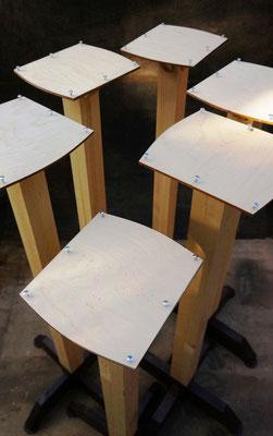 Столб с площадкой для кормушки.
