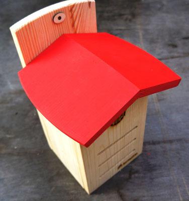 Влагостойкая крыша домика для насекомых.