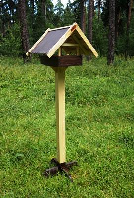Кормушка  для птиц на столбе первой модели.