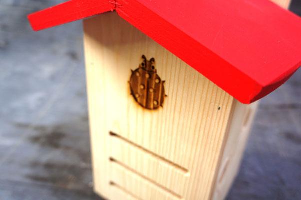 Лазерная гравировка на фасаде домика для насекомых.