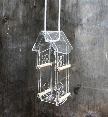Оригинальная кормушка для птиц из прозрачного пластика.