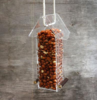 Арахисовая кормушка для птиц