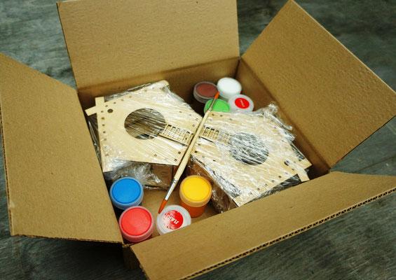 Кормушки с красками и кистями в наборе упаковываются в коробку