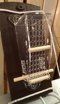 Крашенная панель из древесины с кормушкой и креплениями