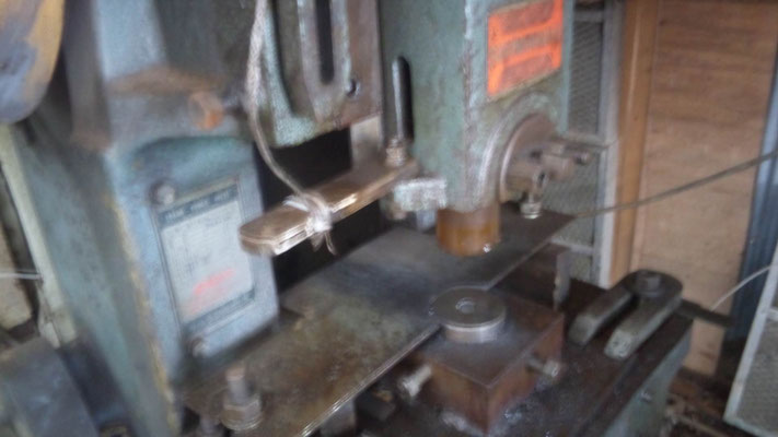 打ち抜き加工に使用するプレス機(佐倉)