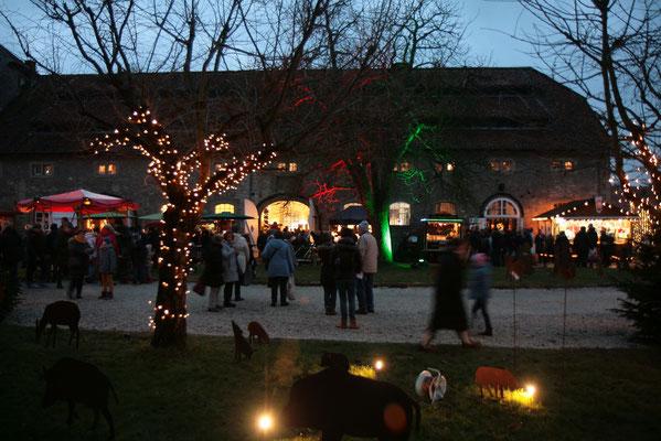 Schloss Oelber Christkindlmarkt - je später der Besuchstag, desto mehr leuchtet der Park