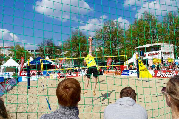 Aufschlag, baggern, pritschen, Satz und Sieg beim Beachvolleyball Cup 2016 mittendrin KARToGGio®