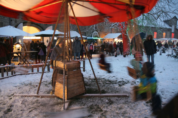 Schloss Oelber Christkindlmarkt - von Hand betriebener Spaß für die kleinen Gäste