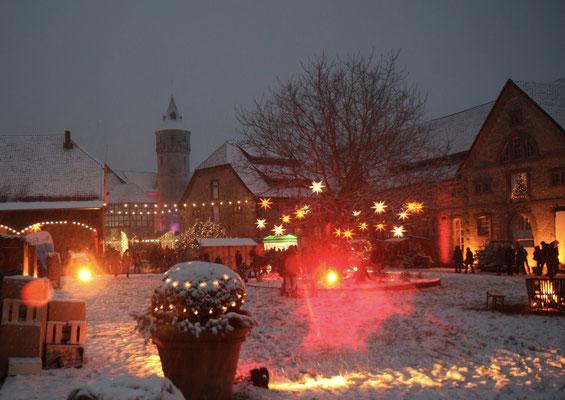 Schloss Oelber Christkindlmarkt - Weihnachtszauber , dick in Schnee gehüllt