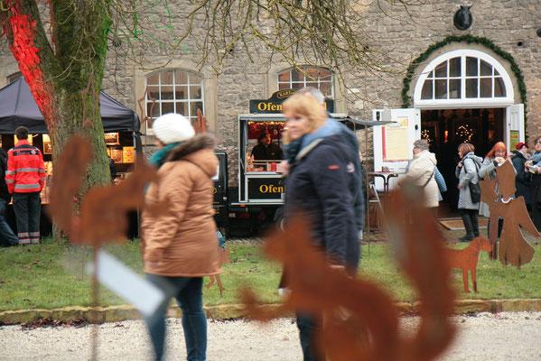Schloss Oelber Christkindlmarkt - bei KARToGGIO® vor dem Pferdestall wartet die heiße Ofenkartoffel