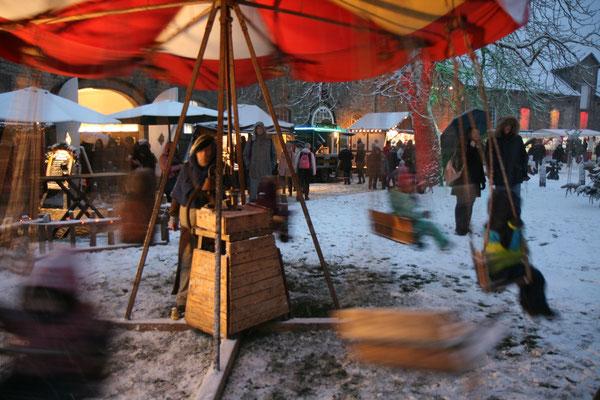 Schloss Oelber Christkindlmarkt -  das traditionelle Karussell erfreut seit Generationen