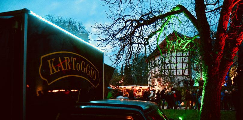 Schloss Oelber Christkindlmarkt - wenn es dunkel wird, erstrahlt der Schlossgarten