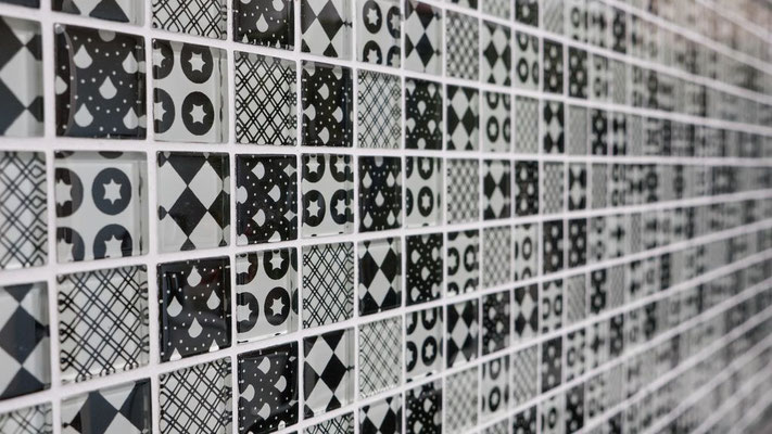 Mosaico effetto patchwork in vetro colore nero bianco