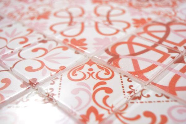 Mosaico effetto patchwork in vetro colore rosso bianco