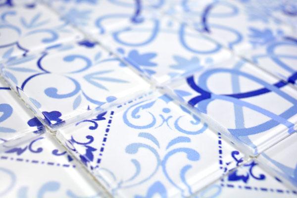 Mosaico effetto patchwork in vetro colore bianco azzurro
