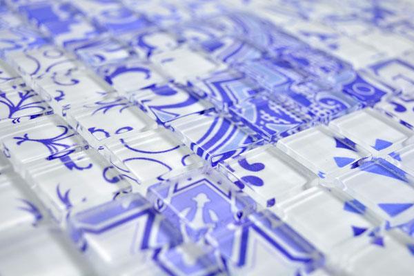 Mosaico effetto patchwork in vetro colore bianco viola