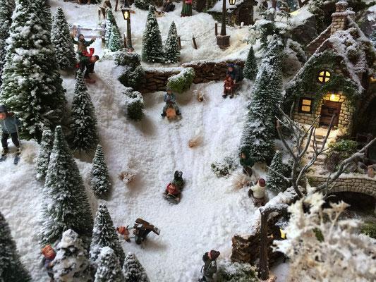 Village de Noël/Christmas Village 2014: Pour les petits la luge c'est plus sûr