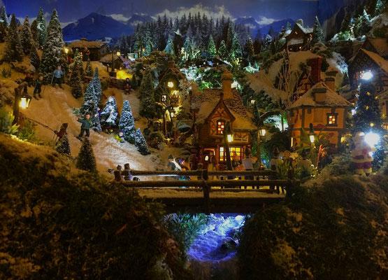 Village de Noël/Christmas Village 2014 de nuit: Sous le pont coule le torrent