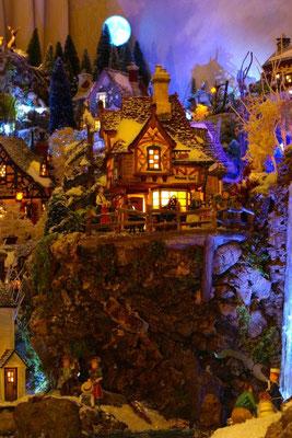 Village Noël/Christmas Village 2013, la nuit: Une auberge surplombant le paysage
