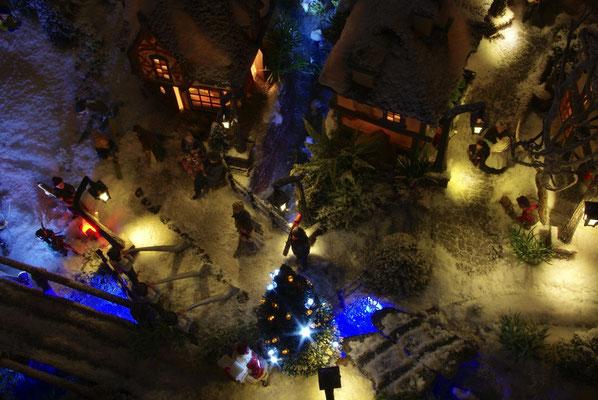 Village de Noël/Christmas Village 2014 de nuit: Survol de la place le soir
