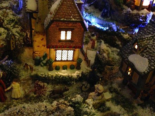 Village Noël/Christmas Village 2013, la nuit: Chien et curé à vélo