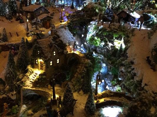 Village de Noël/Christmas Village 2014 de nuit: Le moulin et ses chutes