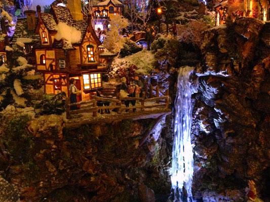 Village Noël/Christmas Village 2013, la nuit: Un dernier verre devant la chute