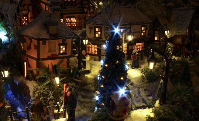 Village de Noël/Christmas Village 2014 de nuit: On s'affaire au village