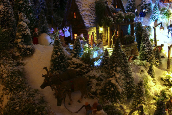 Village de Noël/Christmas Village 2014 de nuit: Vie familiale sous les lampions