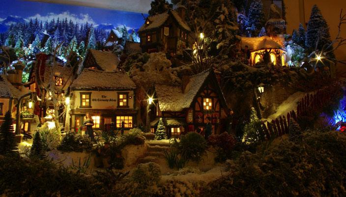 Village de Noël/Christmas Village 2014 de nuit: Joli spectacle au pied des montagnes