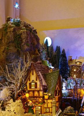 Village Noël/Christmas Village 2013, la nuit: Pic rocheux et oiseau de proie