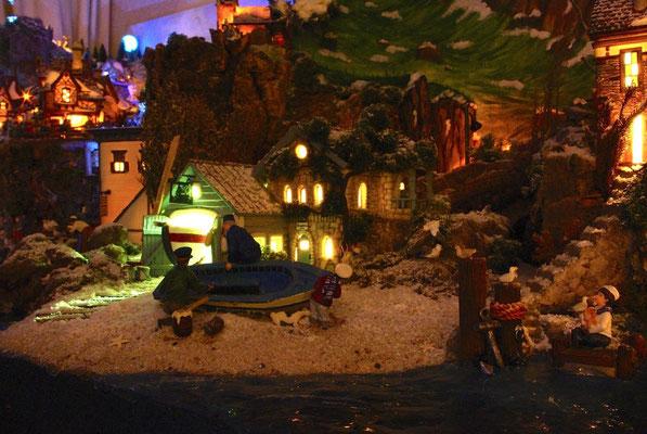 Village Noël/Christmas Village 2013, la nuit: Une barque à repeindre
