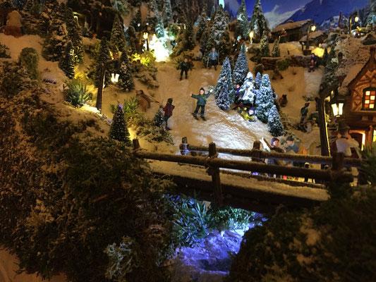 Village de Noël/Christmas Village 2014 de nuit: Pistes et pont