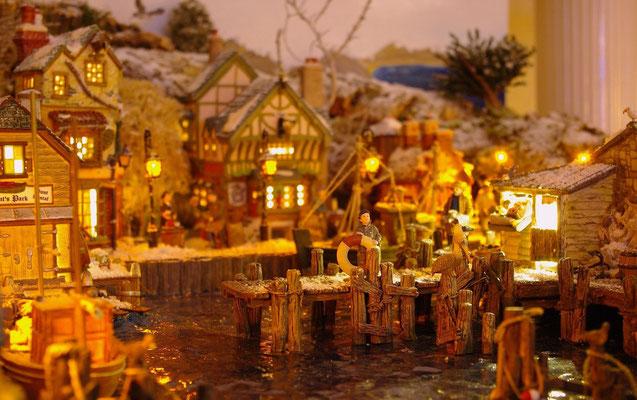 Village Noël/Christmas Village 2013, la nuit: Moussaillon et pélicans
