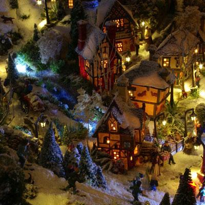 Village de Noël/Christmas Village 2014 de nuit: Premières maiosns du village